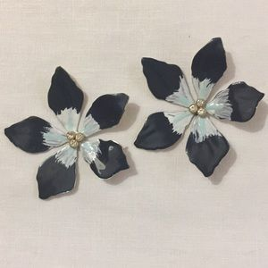 Jewelry - Flower shaped earrings with stone